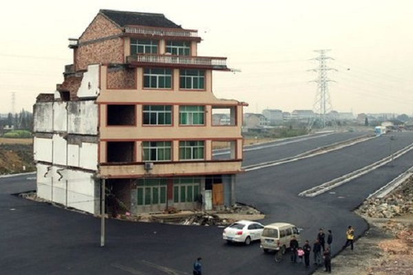 maison au milieu de la route