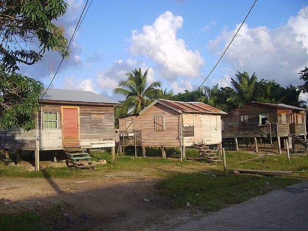 Les maisons sur pilotis du Belize