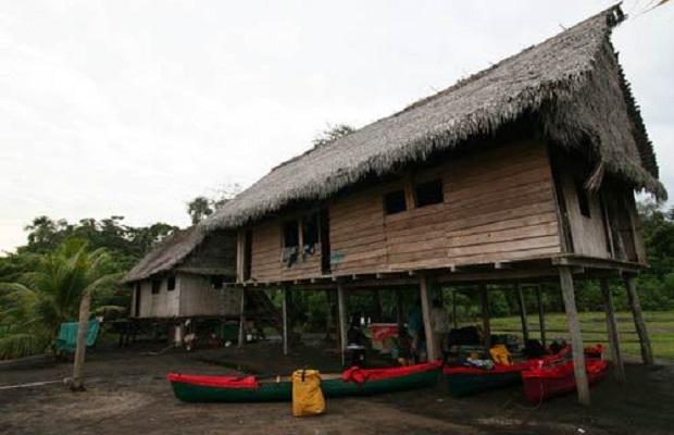 Maisons de la rivière Amazon