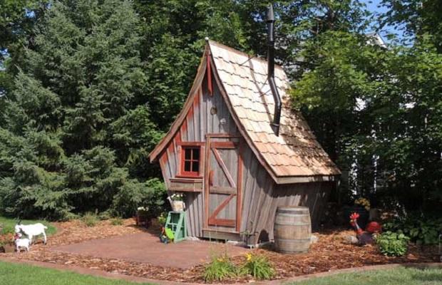Une cabane branlante tout droit sorti d 39 une bd - Cabane de jardin en agglo nantes ...