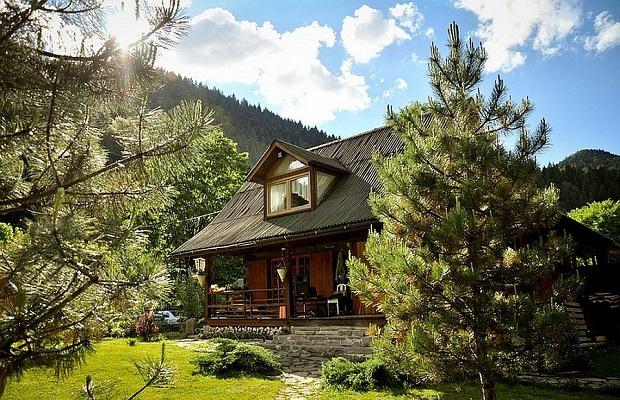 Une magnifique maison en roumanie alliant design for Architecture qui se fond dans le paysage