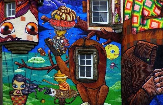 chateau recouvert de graffiti