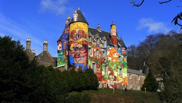 Un château du 13ème siècle recouvert de graffitis