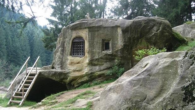 Une maison du 15ème siècle sculptée dans la pierre par un moine roumain