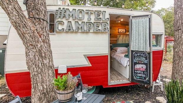 cette caravane r tro pourrait bien tre le plus mignon motel du texas. Black Bedroom Furniture Sets. Home Design Ideas
