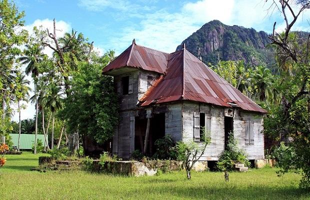 Les maisons cr oles typiques des seychelles for Plan maison creole traditionnelle