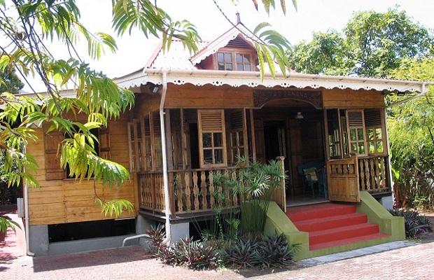 Les maisons cr oles typiques des seychelles for Maison moderne reunion