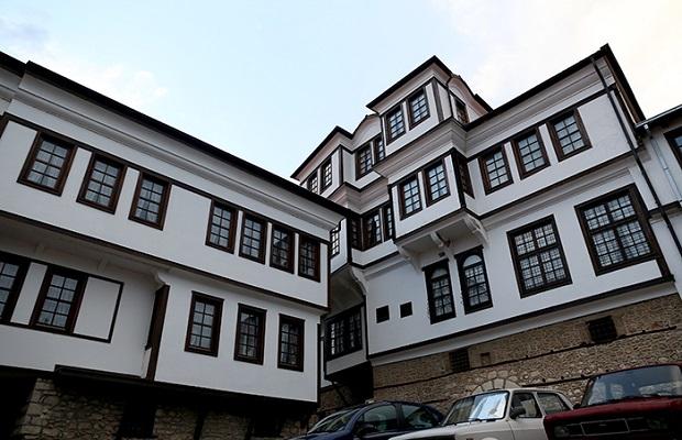 Situé dans la vieille ville d'Ohrid, le musée Robevci Family House est un exemple fantastique de l'architecture traditionnelle macédonienne du 19ème siècle. Il a été construit pour la famille Robevci riche, qui a vécu là pendant 35 ans avant qu'il ne brûle. Il a finalement été entièrement reconstruit et divisé en deux parties pour les frères Konstantin et Atanas Robev.