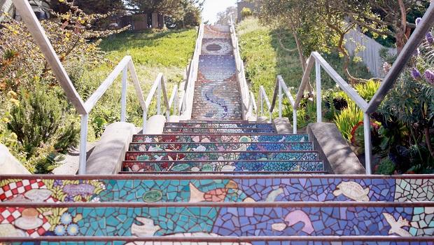 Cet escalier carrelé de San Francisco s'illumine le soir au clair de lune