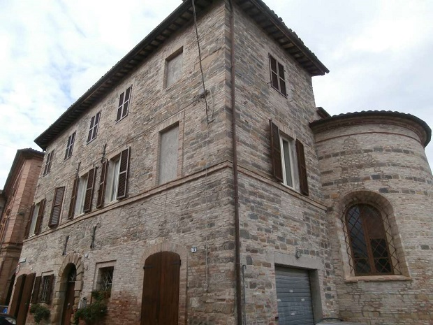 maison de pierre dans le centre de belforte