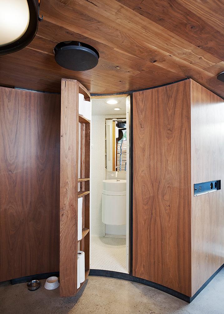 un silo grains transform en une confortable petite maison de 30 m tres carr s. Black Bedroom Furniture Sets. Home Design Ideas