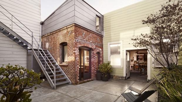 Un micro appartement de 15 mètres carrés dans une maison en brique minuscule