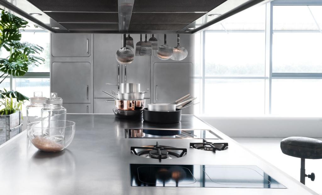 une cuisine italienne ergonomique en acier inoxydable