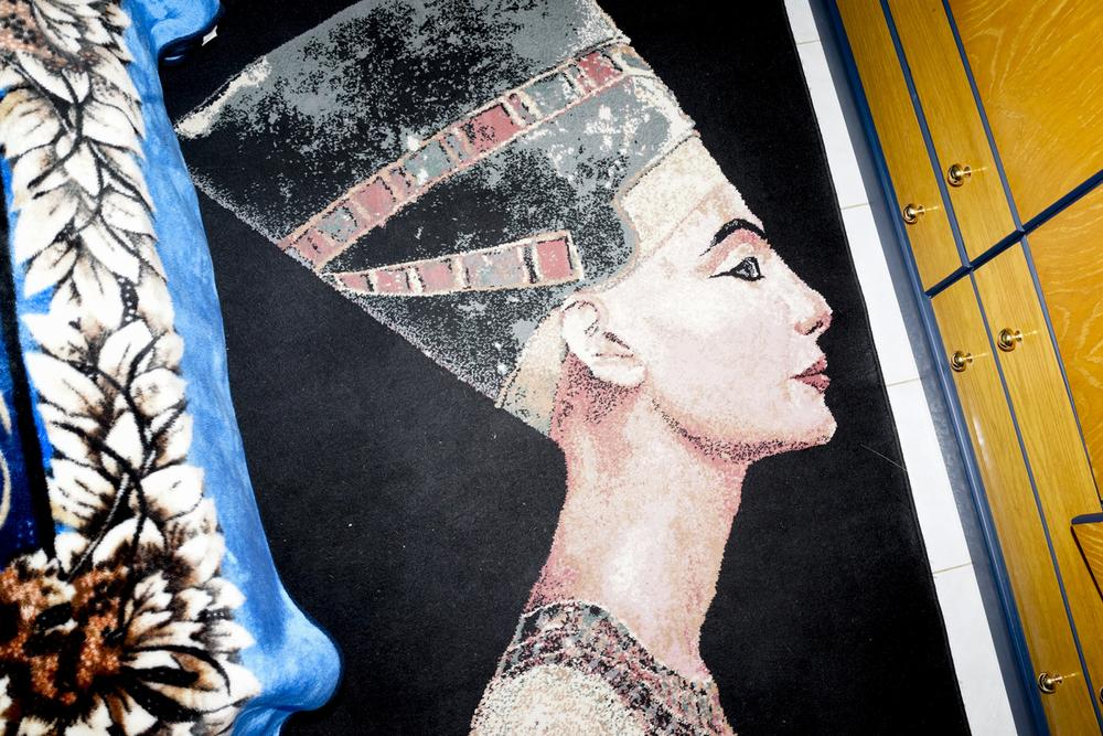 Un tapis inspiré de l'Egypte ancienne dans une pièce de la Maison Pyramide