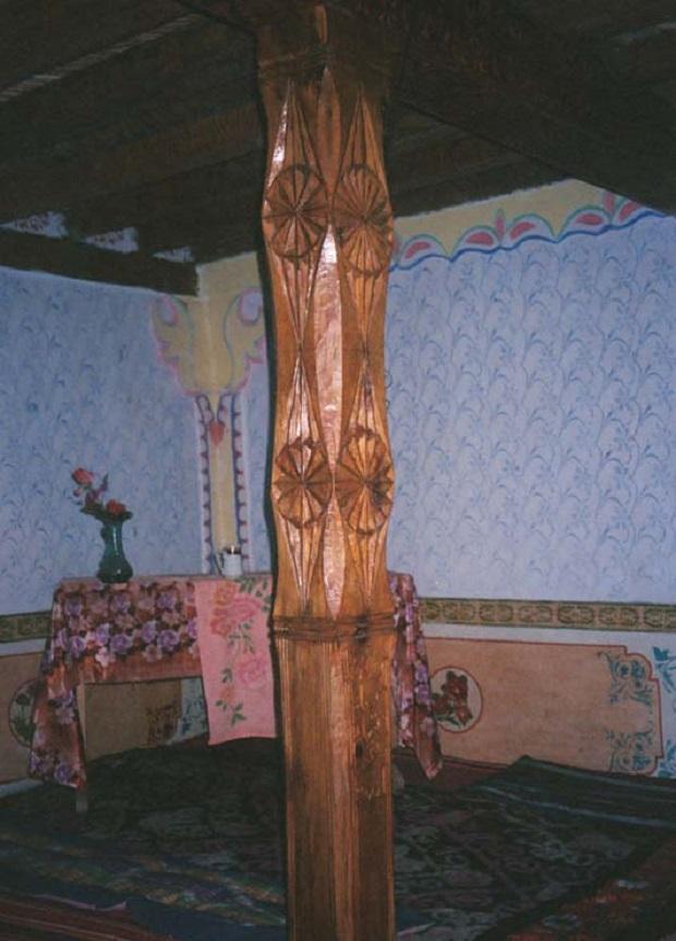Un pilier 'Ali' au musée de Langar dans le Wakhan, montrant des symboles du soleil zoroastriens