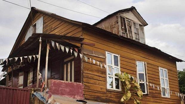 Les maisons en planche colorées de Freetown, un symbole du passé de la Sierra Leone