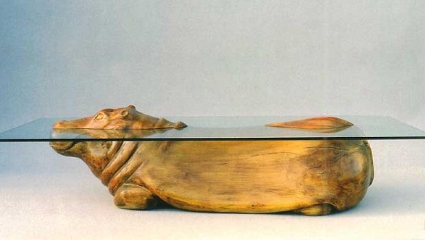 Ces tables basses au design créatif créent une illusion d'animaux dans l'eau
