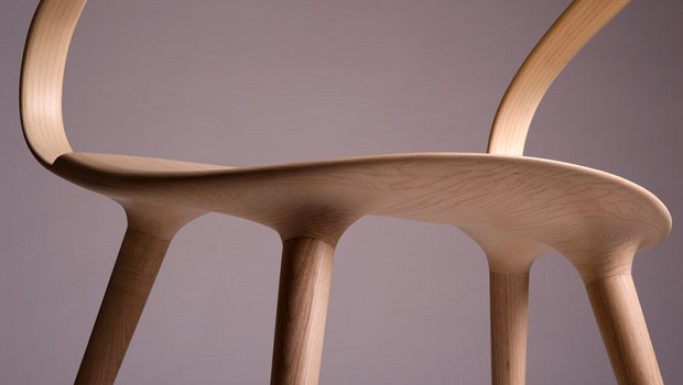 Le Velo Chair utilise un morceau de bois courbé comme dossier