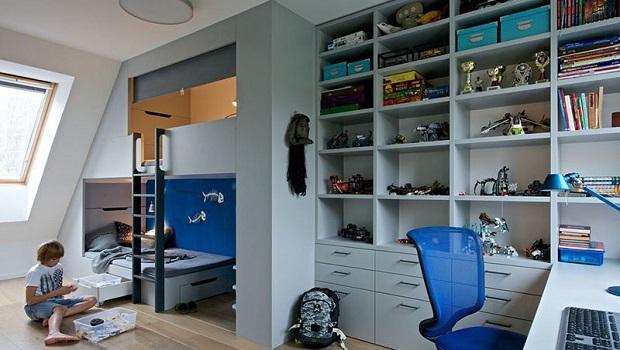 Une chambre de garçon avec un lit mezzanine pour dormir et beaucoup d'espace de stockage