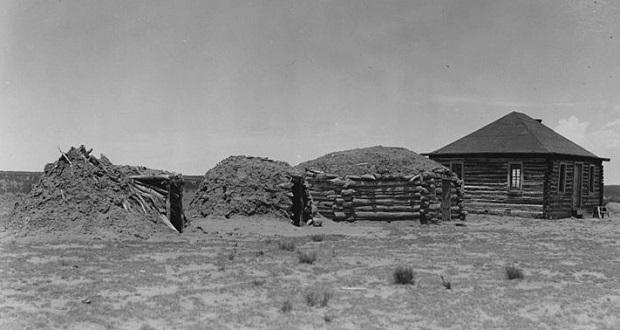 L'évolution du hogan Navajo, de gauche à droite
