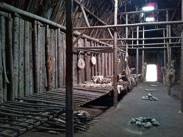Les maisons longues des iroquois for Interieur de la maison