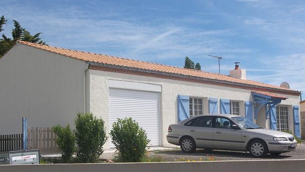 maison vendée volets bleus