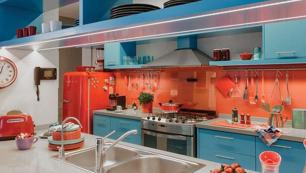Une cuisine rétro aux couleurs intenses