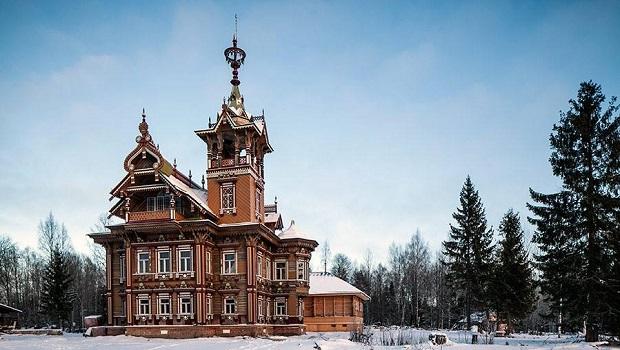 Une maison en bois avec de superbes ornements