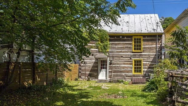 Cette maison en rondins historique est à vendre