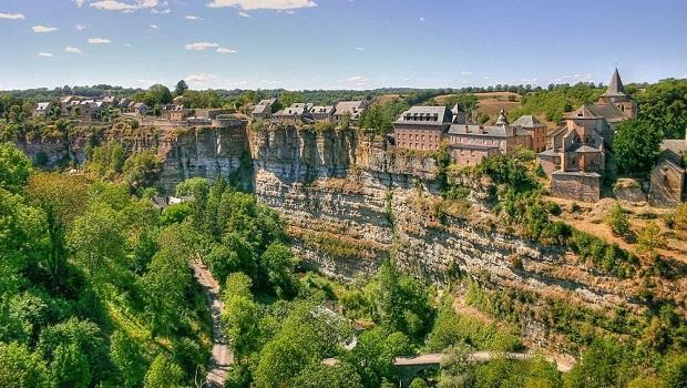 Bozouls :  des maisons au-dessus d'un canyon