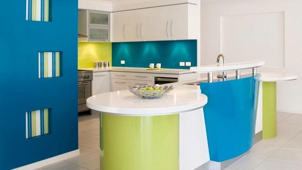 Une cuisine moderne et colorée