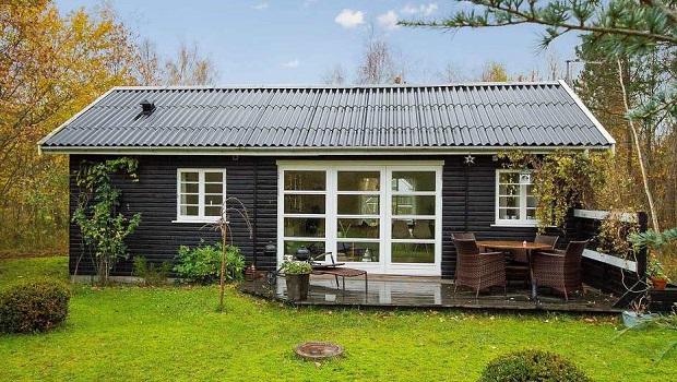 Maison d'été danoise noire et blanche