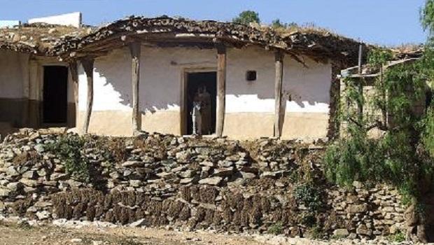 La Maison Traditionnelle Hidmo Est Faite De Bois, De Pierre Et Du0027argile. Le  Cadre Principal Est Construit à Partir De Troncs Du0027arbres épais Ou De  Branches ...