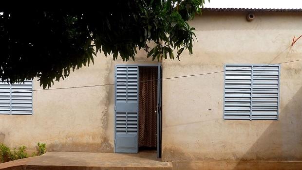 Maison en béton et toit de tôle au Burkina Faso