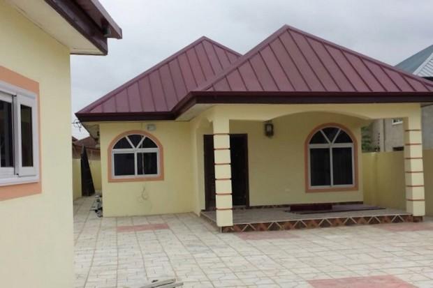 Et proche de ces belles maisons les bidonvilles en périphérie daccra