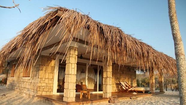 Maison en pierre et toit de chaume à Madagascar