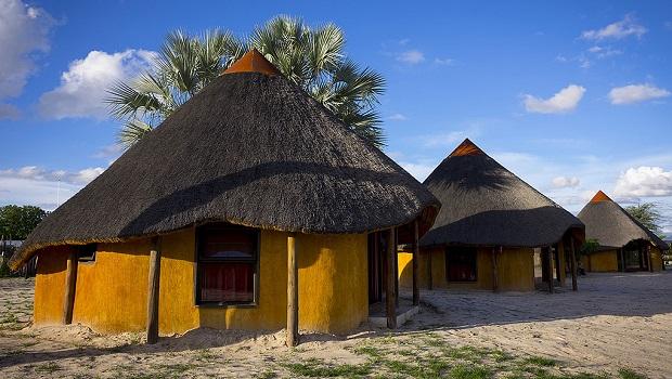 De superbes huttes colorées en Namibie