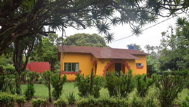 Maison moderne et colorée au toit de tuile rouge au Mozambique