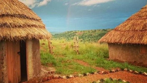 Huttes de boue traditionnelles, colorées et recyclées en Ouganda