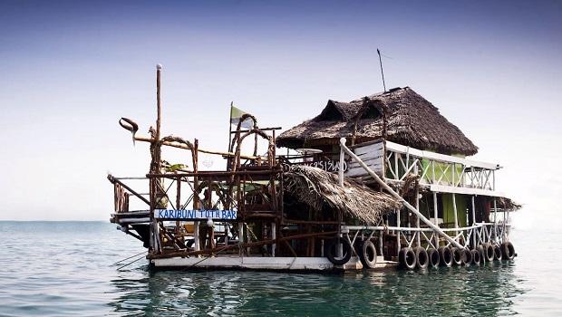 Étonnante maison flottante à Zanzibar