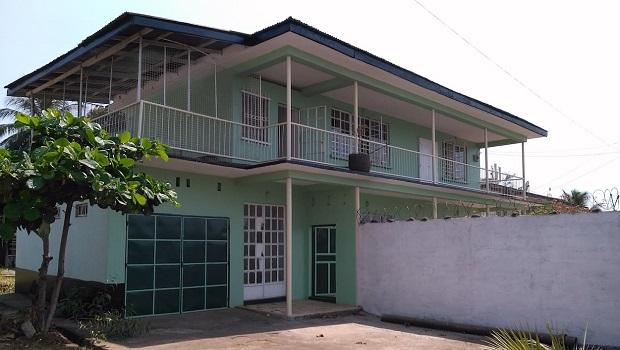 Grande maison colorée à Freetown