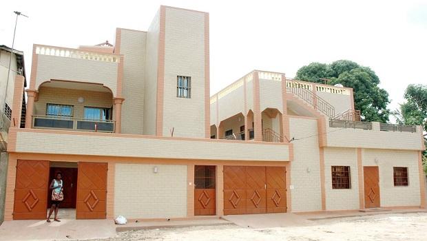Grande maison colorée à Lomé