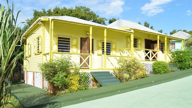 Maisons caribéennes colorées à Saint John