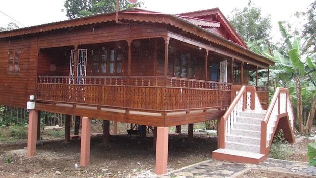 Superbe maison en bois sur pilotis sur l'île de Sao Tomé