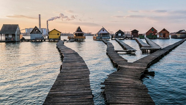 Les maisons sur pilotis du lac Bokodi