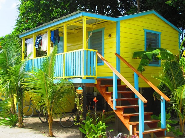 Petite maison en bois color e au belize for Petite maison prefabriquee en bois