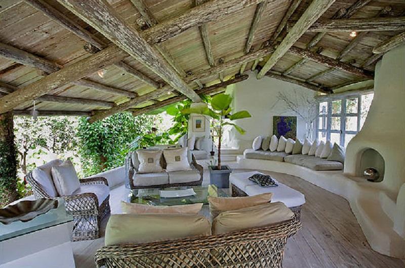 Construite dans un cadre magnifique avec des intérieurs apaisants qui semblent déborder de verdure la maison a une atmosphère relaxante que vous pouvez