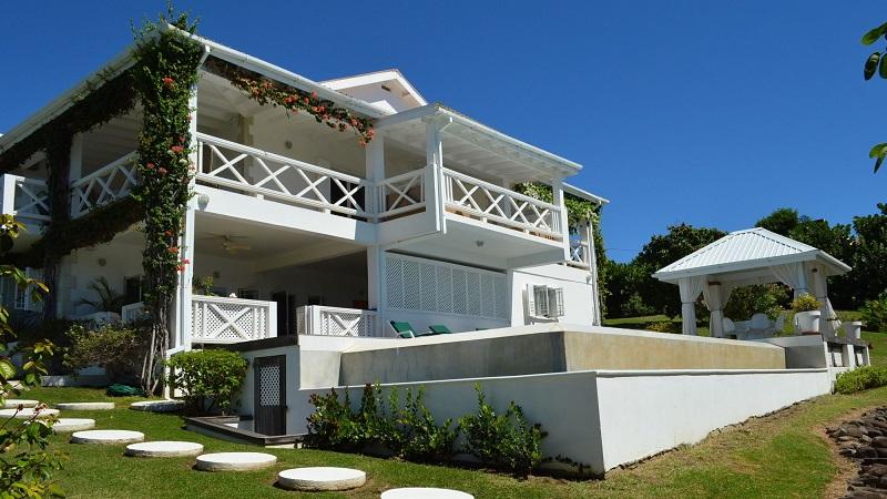 magnifique maison de style colonial saint vincent et les. Black Bedroom Furniture Sets. Home Design Ideas