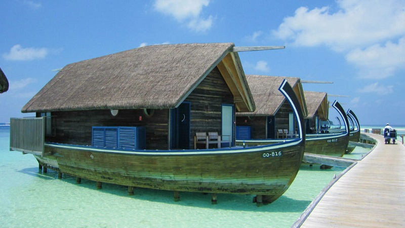 de superbes maisons en forme de bateau aux maldives. Black Bedroom Furniture Sets. Home Design Ideas