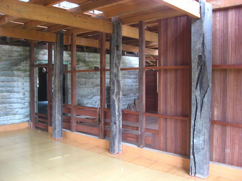 intérieur maison longue dayak